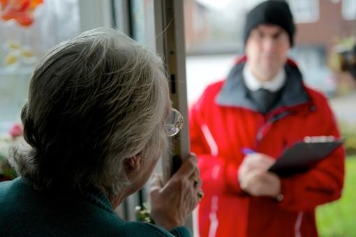 """Visite porta a porta di addetti alla vendita di luce e gas: """"Attenzione a chi si presenta a casa vostra"""""""