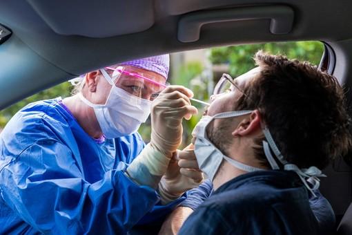 Continua il calo dei ricoveri, ma sono ancora 3.300 i pazienti Covid negli ospedali piemontesi