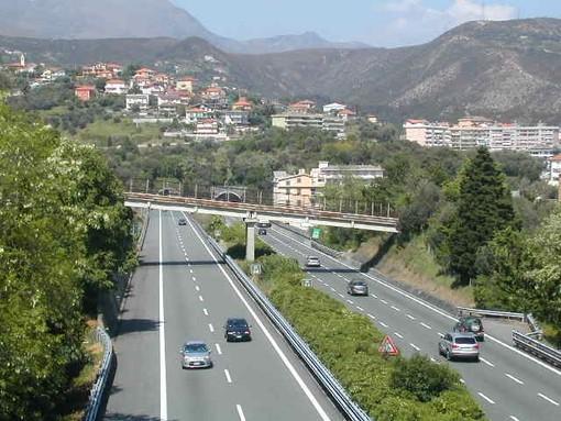 Camion che trasporta cavalli si ribalta allo svincolo della Savona-Torino. Disagi alla viabilità