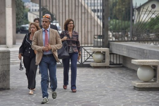 Alitalia rimborsa 15 euro all'imprenditore cuneese per il posto cambiato a favore di un politico