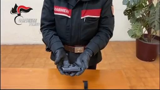 Armato di una pistola scacciacani rapina un passeggero sul treno Fossano-Torino: arrestato