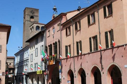 Tricolori sventolano dal municipio albese, in una passata ricorrenza del 25 Aprile