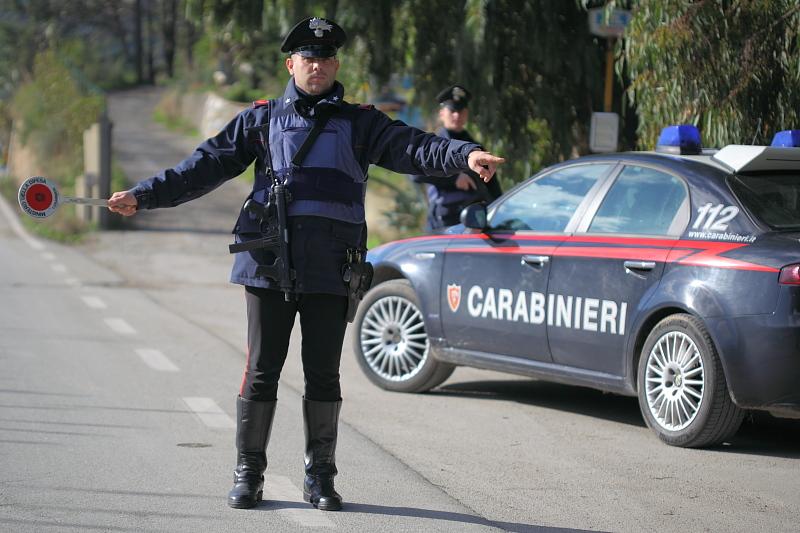 Beccato dai carabinieri di bra a danneggiare un 39 auto con for Disegni di posto auto coperto in piedi
