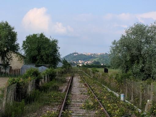 La tratta ferroviaria che unisce Alba e Asti (archivio)