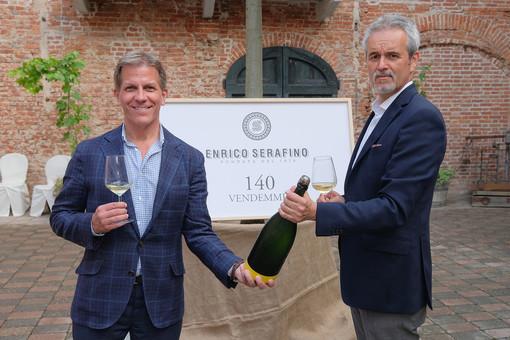 """Kyle Krause, a sinistra, col presidente della """"Enrico Serafino"""" Nico Conta durante i festeggiamenti tenuti nel 2018 per i 140 anni della cantina canalese"""