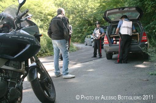 Controlli – in questo caso dei Carabinieri – a motociclisti sulle strade di Langa (Archivio - Ph. A. Bottigliero)