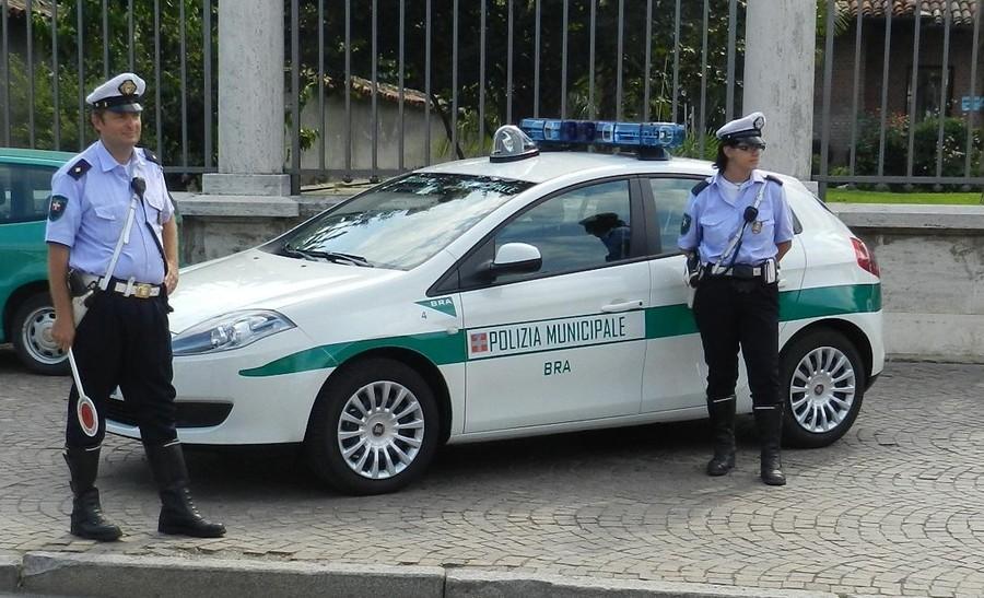 Tampona auto e fugge rintracciato dalla polizia locale di - Foto della polizia citazioni ...