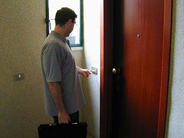 Falso operatore dell 39 acqua truffa anziano a pezzolo valle - Entrare in una porta ...