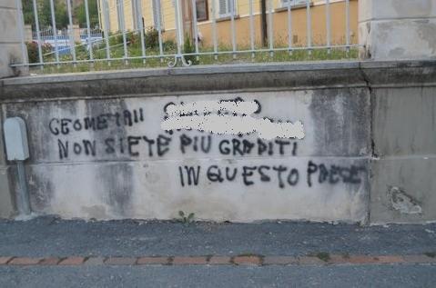 Imbrattamento di un muro a verzuolo maggioranza e - Scritte muri casa ...