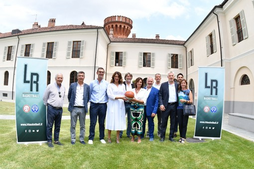 Foto di gruppo per i vertici di Olimpo Basket Alba, Basket Team '71 Bra e della neonata Lrb (Foto di Vincenzo Nicolello)