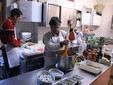 Paolo e mamma Domenica nella cucina dell'agriturismo