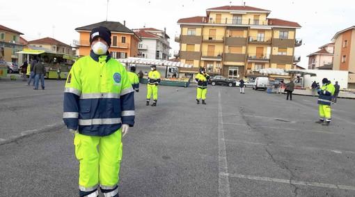 Gli operatori della Protezione Civile impegnati nel mercato della frazione Madonna dell'Olmo di Cuneo