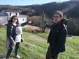 Valentina e Alessandro indicano l'albero di fico che segna il confine tra i Comuni di Monastero di Vasco e Frabosa Sottana