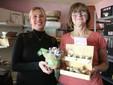 Debora e mamma Giuliana con i contenitori dei vasetti di zafferano da vendere