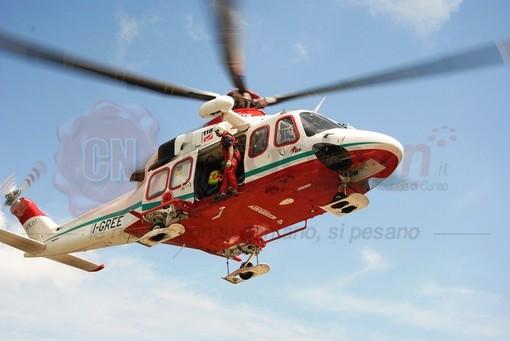 Entracque, auto contro moto: elitrasportato in codice rosso all'ospedale di Cuneo un uomo di 60 anni
