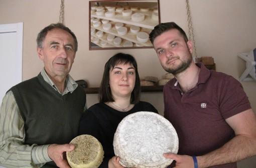 """Giovanni, Claudia e Maurizio con alcuni formaggi prodotti nell'azienda """"Sapori di Capra"""" a Cavallerleone"""