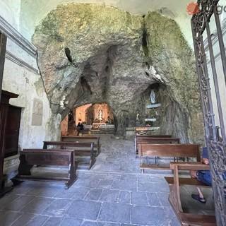 La chiesa nella grotta al Santuario di Santa Lucia