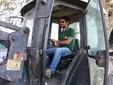 Lele al lavoro su un trattore dell'azienda
