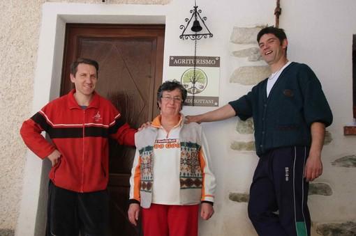 Paolo, mamma Domenica e Claudio davanti all'ingresso dell'agriturismo
