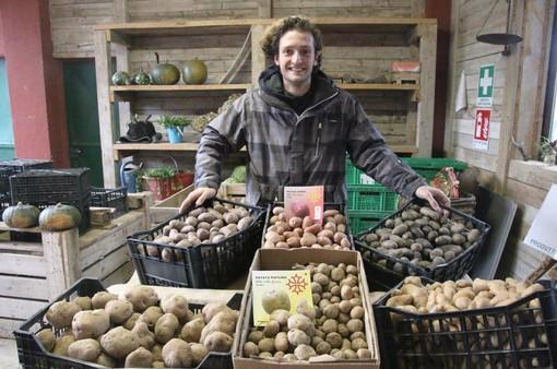"""Matteo con alcune antiche varietà di patate prodotte nell'azienda """"Speranza"""" di Vignolo"""