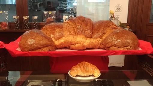 Bello, grande e soprattutto buono: il croissant gigante di Chocolat d'Art, per regalare un sorriso