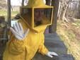 Marzia si prepara al lavoro in un apiario