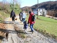La famiglia cammina per raggiungere Casa Colet
