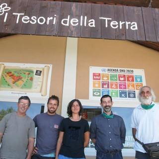 Dario, Davide, Giulia, Fabrizio e Livio davanti alla sede della Cooperativa I Tesori della Terra