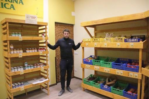 Mauro Musso all'interno del punto vendita dell'azienda agricola biologica di via Verdino a Magliano Alpi