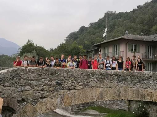 """Alcuni studenti del """"Virginio"""" sul ponte di Monterosso durante la visita alla Valle Grana"""