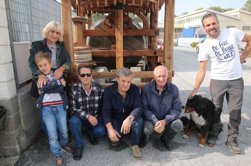 """Graziella Pellegrino con alcuni parenti e amici dell'associazione """"Antichi Mestieri"""" davanti al frantoio per la produzione dell'olio di oliva"""
