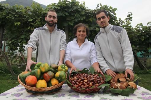 Luca, mamma Franca e Marco con le splendide ceste di peperoni, marroni e funghi