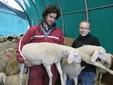 Matteo e Sara con due agnelli in braccio