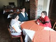 Mamma Domenica, Claudio e Paolo a un tavolo dell'agriturismo