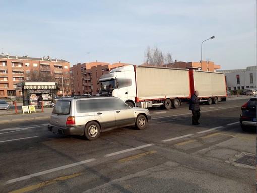 Il passaggio dei mezzi pesanti in corso Francia perdura nonostante il divieto e i controlli della Polizia Municipale