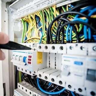 A Borgo San Dalmazzo cercasi 1 operaio specializzato elettricista e 1 apprendista