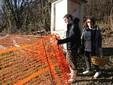 Alessandro e Valentina entrano nell'orto vicino alla sede dell'azienda