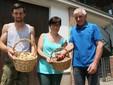 Nicolò, Milena e Gino con le ceste di patate e di fagioli borlotti