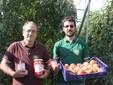 Franco e Lele davanti agli impianti di pomodori