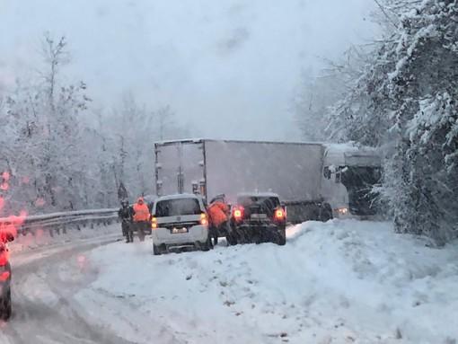 Camion di traverso, traffico in tilt sulla statale 28 tra Ceva e Nucetto