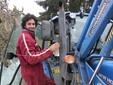 Matteo sale sul trattore aziendale