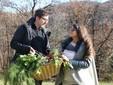 La soddisfazione di Alessandro e Valentina per aver terminato la raccolta di alcuni ortaggi