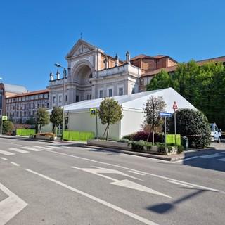 Lavori in corso in piazza San Paolo ad Alba per l'allestimento del padiglione che fungerà da base per gli eventi promossi nell'ambito di Alba Capitale della Cultura d'Impresa