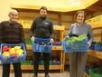 Papà Stefano, Mauro e mamma Maria con le cassette di verdure da sistemare nel punto vendita