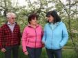 Andrea, Alda e Cinzia nel frutteto di mele Gala
