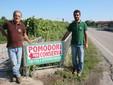 Franco e Lele con il cartello che indica l'azienda lungo la strada Cuneo-Fossano