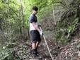 Un allievo impegnato nella pulizia di un sentiero