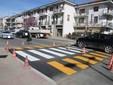 Le strisce disegnate sull'attraversamento rialzato tra corso Gramsci e via Rostagni