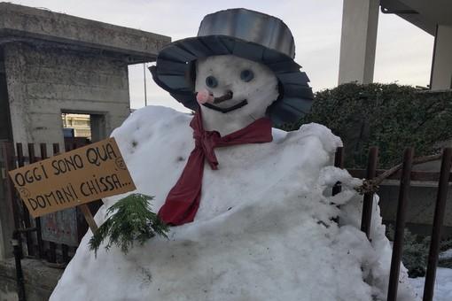 """""""Oggi sono qua, domani chissà..."""" il messaggio di un pupazzo di neve a Borgo San Dalmazzo"""
