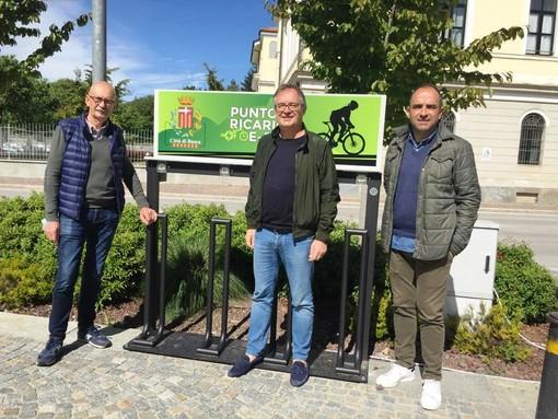 Tre stazioni di ricarica per e-bike nel comune di Busca: inaugurata la prima in piazza Regina Margherita